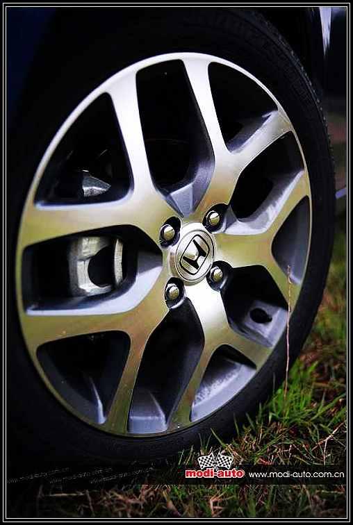 (七)行走 City锋范有两款不同的轮圈样式和尺寸供不同排气量的型号使用,我们测试的是1.8L舒适版,所以其采用了十六寸的由Enkei代工的铝合金轮圈。听说有不少的新飞度车主四出询问有谁换下了这款轮圈,可见其造型属于相当受欢迎的一个。以笔者看来,4100、ET 53的轮圈款式很多,但从观感上,这套轮圈相当配合锋范的整体造型,省下的弹药可以换套更好悬挂或者换四条更高性能的轮胎岂不更为实际。锋范1.